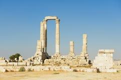Colonnes en pierre antiques à la citadelle d'Amman avec le ciel bleu au fond à Amman, Jordanie Images stock