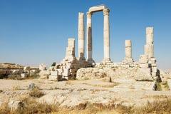 Colonnes en pierre antiques à la citadelle d'Amman à Amman, Jordanie Image stock