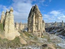 Colonnes en pierre en vallée de Gorcelid dans Cappadocia, Turquie Images stock
