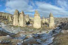 Colonnes en pierre en vallée de Gorcelid dans Cappadocia, Turquie Photo stock