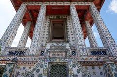 Colonnes et architecture au temple de Wat Arun à Bangkok Images stock