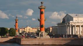 Colonnes et bâtiment Rostral de bourse des valeurs d'anciennes actions sur l'île de Vasilievsky dans le coucher du soleil image stock