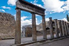 Colonnes fleuries antiques dans les ruines de Pompeii antique, Italie images stock
