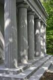 Colonnes gréco-romaines en parc Image libre de droits