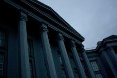 Colonnes grises de bâtiment de musée images stock