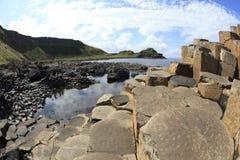 Colonnes polygonales de roche de lave de basalte de la chaussée géante du ` s Image stock