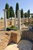 Colonnes romaines de la maison des oiseaux, site archéologique de la ville romaine d'Italica, Andalousie, Espagne Photos stock