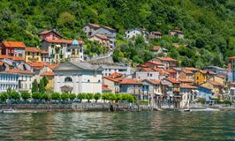 Colonno färgrik by som förbiser sjön Como, Lombardy, Italien royaltyfri fotografi
