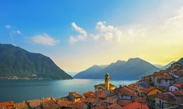 Colonno nel distretto del lago Como Villaggio tradizionale italiano del lago L'Italia fotografia stock