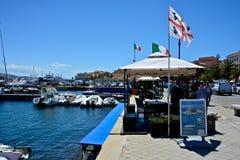 Coloqúese con la bandera de Cerdeña que vende el barco turístico del viaje Fotos de archivo libres de regalías