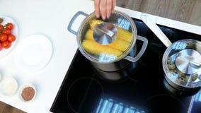Coloque a bandeja com os ovos de codorniz no fogão e salgue o milho filme