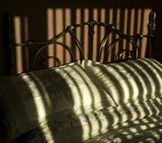 Coloque, com a luz solar que cria listras largas da sombra fotografia de stock