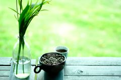 Coloque completamente dos feijões de café na madeira com foco seletivo no cof fotografia de stock