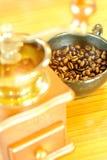Coloque completamente dos feijões de café na madeira com foco seletivo no cof foto de stock