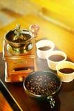 Coloque completamente dos feijões de café na madeira com vintageold, clássico imagem de stock royalty free