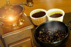 Coloque completamente dos feijões de café na madeira com vintageold, clássico fotos de stock