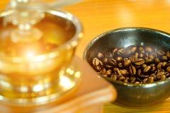 Coloque completamente dos feijões de café na madeira com vintageold, clássico fotografia de stock