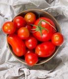 Coloque completamente dos tomates vermelhos em um papel Fotos de Stock