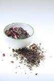 Coloque a contenção do chá aromatizado verde em um fundo branco Fotografia de Stock Royalty Free