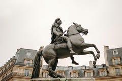 Coloque DES Victoires en París con el monumento ecuestre en hon Imágenes de archivo libres de regalías