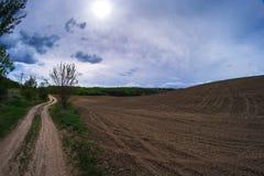 Coloque el camino en la primavera en el pueblo Foto de archivo libre de regalías
