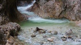 Coloque el río rápido en las montañas por la quebrada Foto de archivo libre de regalías