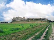 Coloque a estrada ao castelo de Spis no verão Foto de Stock