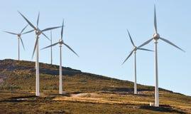 Coloque a exploração agrícola de vento nas montanhas com céu azul Imagens de Stock Royalty Free