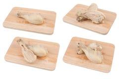 Coloque a galinha cozinhada em uma placa de corte de madeira. fotografia de stock