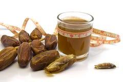 Coloque juiceis dos frutos das datas e date os frutos para a saúde isolados Foto de Stock