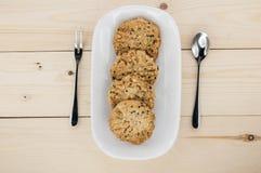 Coloque las galletas en una placa blanca Fotografía de archivo