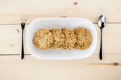 Coloque las galletas en una placa blanca Imágenes de archivo libres de regalías
