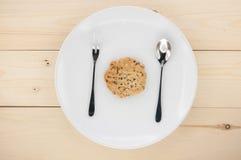 Coloque las galletas en una placa blanca Fotos de archivo libres de regalías