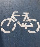 Coloque a marca que indica o trajeto da bicicleta na pista de atletismo foto de stock royalty free