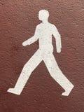 Coloque a marca que indica o trajeto de passeio na pista de atletismo fotografia de stock