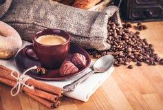 Coloque o café quente com feijões e doces de chocolate Imagem de Stock Royalty Free