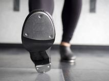 Coloque saltos o dedo do pé em sapatas da torneira na classe de dança foto de stock