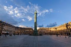 Coloque Vendome con la estatua de Bonaparte Panorama imagenes de archivo