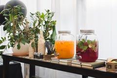 Coloré bouteilles jaunes et roses de plan rapproché de boissons Image stock