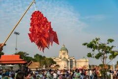 coloré de fait main thaïlandais de tradition de modèle de papier de vol dans la cour équestre photo stock