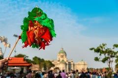 coloré de fait main thaïlandais de tradition de modèle de papier de vol dans la cour équestre photos stock