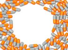 Coloré de l'antibiotique capsule des pilules dans le modèle de cercle d'isolement sur le fond blanc Résistance au médicament, ant photographie stock libre de droits