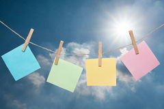 Coloré de la note de papier avec une goupille contre le ciel bleu Photos libres de droits