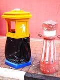 Coloré de la poubelle images libres de droits