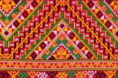 Coloré de la soie de style et du modèle thaïlandais indigènes de textiles Beautif Photographie stock libre de droits
