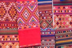 Coloré de la soie de style et du modèle thaïlandais indigènes de textiles Beautif Photo libre de droits