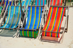 Coloré des chaises de plate-forme sur la plage en Sunny Day, Pattaya Photos stock