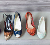 Coloré des chaussures à la boutique Photo libre de droits