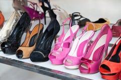 Coloré des chaussures à la boutique Photos stock