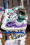 Coloré des chaussures d'occasion. Image stock